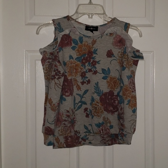 Amy Byer Other - 🌻Girls Amy Byer cold shoulder ruffle shirt.
